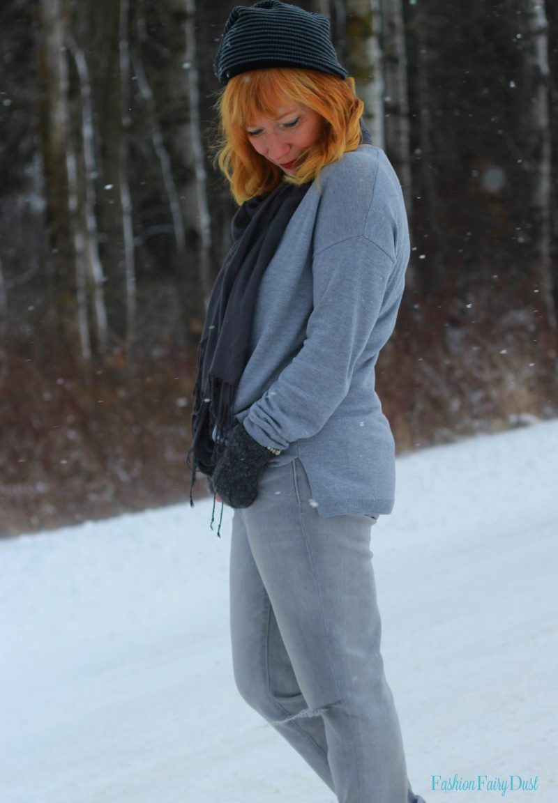 Gray boyfriend jeans, Bearpaw boot and gray sweater. How to put together a monochrome outfit.