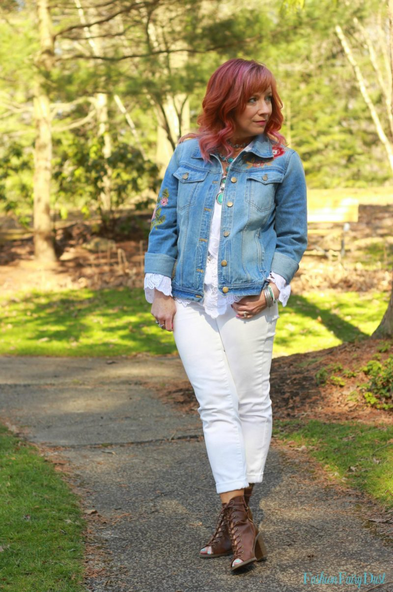 White jeans, embroidered denim jacket & white boho top. How to do a monochromatic white outfit.