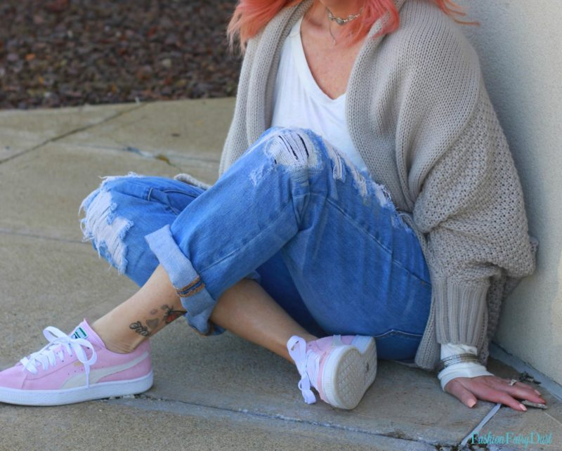 Gray cocoon cardigan, distressed boyfriend jeans and pink Pumas.